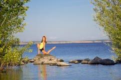 Dziewczyna na rzeki wybrzeżu Zdjęcia Stock