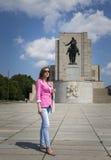 Dziewczyna na spacerze przy pamiątkową statuą Zdjęcie Stock