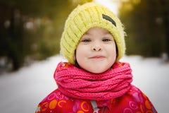 Dziewczyna na spacerze w zim drewnach Zdjęcia Royalty Free