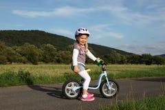 Dziewczyna na stażowym rowerze Zdjęcie Royalty Free