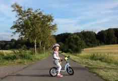 Dziewczyna na stażowym rowerze Obrazy Stock
