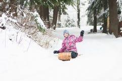Dziewczyna na starym drewnianym toboganie fotografia stock