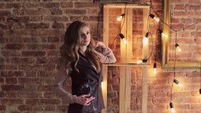 Dziewczyna na tle elektryczne lampy i ściana z cegieł nowożytny wewnętrzny projekta loft zbiory wideo