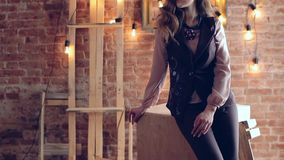 Dziewczyna na tle elektryczne lampy i ściana z cegieł nowożytny wewnętrzny projekta loft zbiory