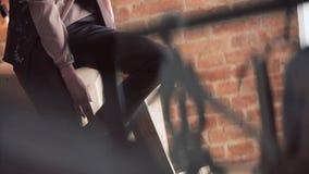 Dziewczyna na tle elektryczne lampy i ściana z cegieł nowożytny wewnętrzny projekta loft zdjęcie wideo