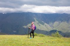 Dziewczyna na tle góra Obrazy Stock