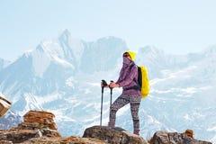 Dziewczyna na tle góra Fotografia Stock