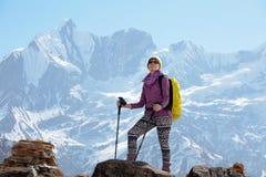 Dziewczyna na tle góra Fotografia Royalty Free