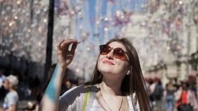 Dziewczyna na tle latarnie uliczne na drucie Lampy wieszają dekoracje przeciw niebieskiemu niebu w lecie zbiory