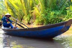 Dziewczyna na tradycyjnej łodzi Ben Tre Mekong delty region Wietnam Obraz Royalty Free