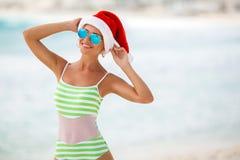 Dziewczyna na tropikalnej plaży w Santa kapeluszu Obrazy Stock