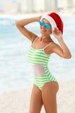 Dziewczyna na tropikalnej plaży w Santa kapeluszu Fotografia Stock