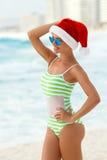 Dziewczyna na tropikalnej plaży w Santa kapeluszu Obraz Stock