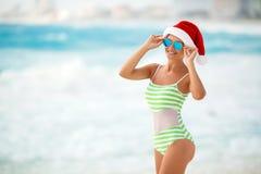 Dziewczyna na tropikalnej plaży w Santa kapeluszu Zdjęcia Royalty Free