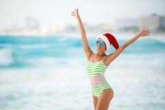 Dziewczyna na tropikalnej plaży w Santa kapeluszu Zdjęcie Royalty Free