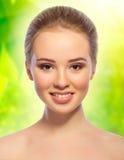 Dziewczyna na wiosny kwiecistym tle Obrazy Royalty Free