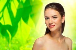 Dziewczyna na wiosny kwiecistym tle Obraz Stock