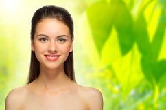 Dziewczyna na wiosny kwiecistym tle Fotografia Stock