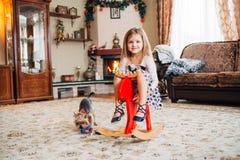 Dziewczyna na zabawkarskim koniu w domu Obraz Stock