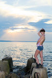 Dziewczyna na zatoka brzeg z betonowymi strukturami Obrazy Royalty Free