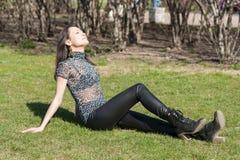 Dziewczyna na zielonej wiosny trawie Zdjęcie Royalty Free