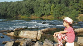 dziewczyna nad rzeką zbiory wideo