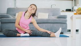Dziewczyna należnie robi ćwiczeniom dla jej nóg zbiory