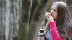 Dziewczyna nalewa herbaty od napoju i termosu zbiory