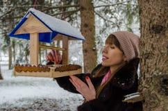 Dziewczyna nalewa karmę w dozownika Zdjęcia Royalty Free