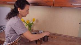 Dziewczyna nalewa kawowe fasole W kuchni, kobieta modli się kawowe fasole Dziewczyna w kuchni ciągnie fartuhe kawowe fasole od c zdjęcie wideo