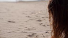 Dziewczyna nalewa piaskowi przez ona palce Piasek w dziewczyny ` s ręce Dziewczyny obsiadanie na piasku szczęśliwa dziewczyna z zdjęcie wideo