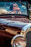 Dziewczyna napędowy klasyczny kabriolet Zdjęcia Stock
