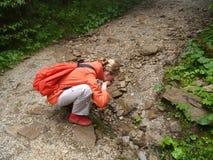 Dziewczyna napojów turystyczna woda od halnego strumienia gór Poland tatra Fotografia Royalty Free