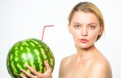 Dziewczyna napoju soku arbuza spragnionego atrakcyjnego nagiego świeżego całego koktajlu słomiany biały tło Łyczek świeżość smak zdjęcie royalty free