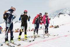 Dziewczyna narciarscy alpiniści przy zaczyna linią Drużynowy Biegowy narciarski mountaineering Rosjanin, Kamchatka Fotografia Royalty Free