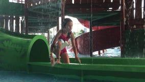 Dziewczyna nastolatek kąpać w woda parka parka rozrywki basenie dzieciaki w nawadniają parkowego i pływackiego basen indoors zbiory