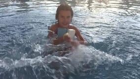 Dziewczyna nastolatek kąpać w woda parka parka rozrywki basenie dzieciaki w nawadniają parkowego i pływackiego basenu zdjęcie wideo