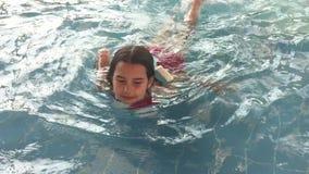 Dziewczyna nastolatek kąpać w woda parka parka rozrywki basenie dzieciaki w nawadniają parkowego i pływackiego basenu indoors zdjęcie wideo