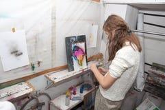 Dziewczyna nastolatek maluje z airbrush jaskrawy barwiącymi obrazkami w artistical studiu 24, 2016 - Rosja Moskwa, Styczeń, - Obraz Stock