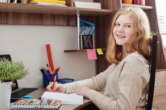 Dziewczyna nastolatek robi pracie domowej Obrazy Royalty Free