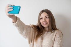Dziewczyna nastolatek z długie włosy robi selfie obraz royalty free