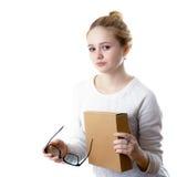 Dziewczyna nastolatek z szkłami i pudełkiem pojedynczy białe tło zdjęcie stock
