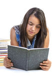 Dziewczyna nastolatka czytelnicza książka nad białym tłem Zdjęcie Stock