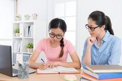Dziewczyna nastolatka writing studiowania studencki podręcznik zdjęcie stock