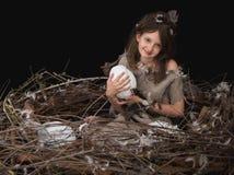 Dziewczyna nastoletnia w ptaka gniazdeczku Fotografia Royalty Free
