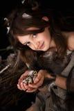 Dziewczyna nastoletnia w ptaka gniazdeczku Zdjęcia Royalty Free