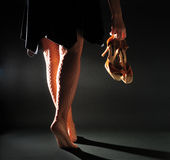 Dziewczyna niesie łacińskiego sandał Obraz Royalty Free
