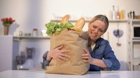 Dziewczyna niesie ciężką paczkę sklepy spożywczy, problemy z dostawą, autonomiczny zakupy zbiory