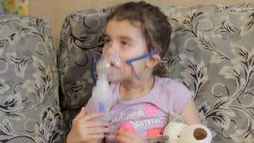 Dziewczyna no chce robić inhalaci Rozgrymasza podczas procedury zmarszczenie zdjęcie wideo