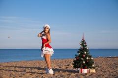 Dziewczyna nowego roku morza plaży Bożenarodzeniowi południe Obrazy Royalty Free